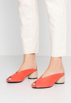 WIDE FIT TAMMY LOW HEEL - Mules à talons - coral