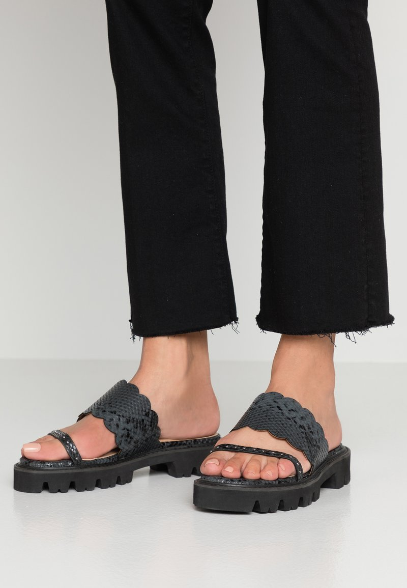 Lost Ink Wide Fit - HASIA CLEATED SOLE FLAT  - Mules - black
