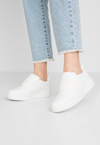 Lost Ink Wide Fit - DETAIL FLATFORM TRAINER - Nazouvací boty - white - 0