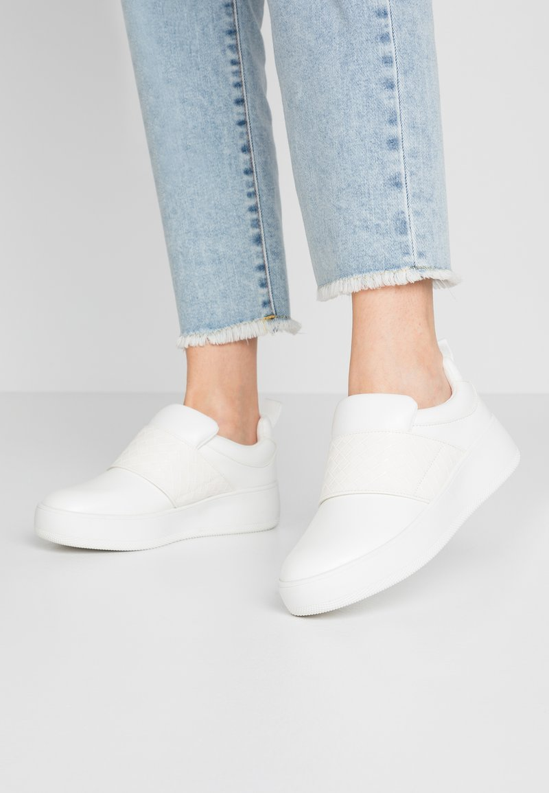 Lost Ink Wide Fit - DETAIL FLATFORM TRAINER - Nazouvací boty - white