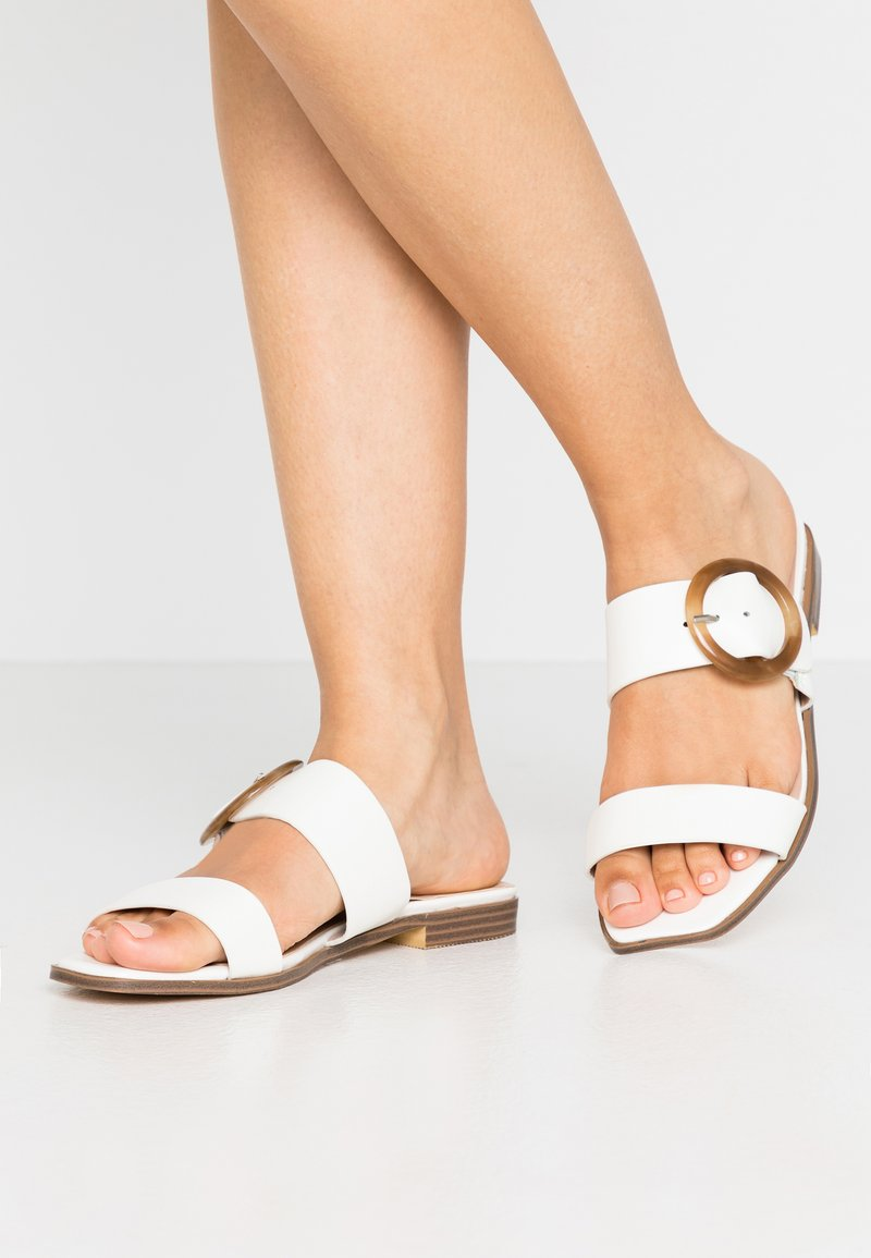 Lost Ink Wide Fit - SHELL TRIM FLAT  - Mules - white