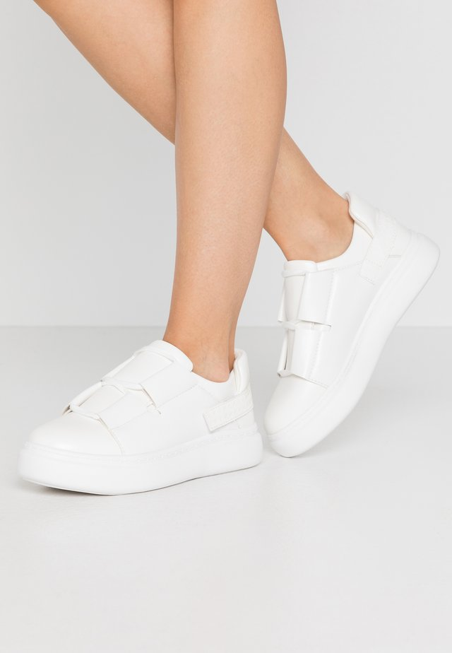 BACK STRAP TRAINER - Sneaker low - white
