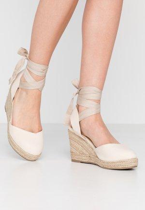 ANKLE WRAP WEDGE  - Sandalen met hoge hak - cream