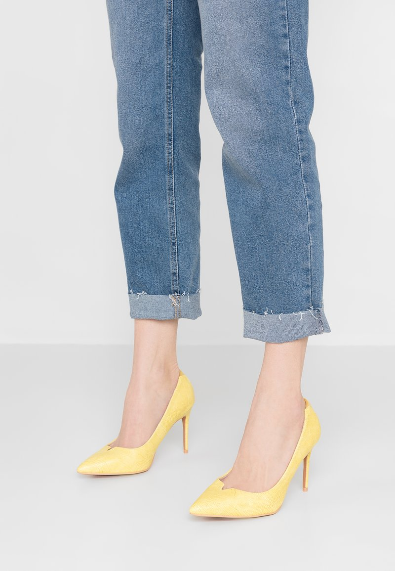 Lost Ink Wide Fit - WIDE FIT JULIA MID TEXTURE COURT - High heels - yellow