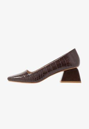 WIDE FIT SQUARE TOE LOW HEEL SHOE - Classic heels - brown