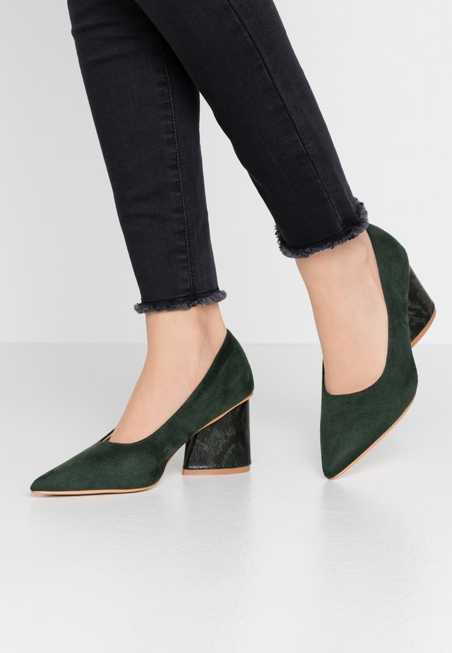 WIDE FIT ANGULAR MID HEEL SHOE  - Pumps - green