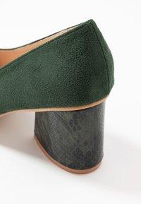 Lost Ink Wide Fit - WIDE FIT ANGULAR MID HEEL SHOE  - Klasické lodičky - green - 2