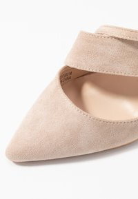 Lost Ink Wide Fit - BOW DETAIL BLOCK SHOE - Decolleté - beige - 6