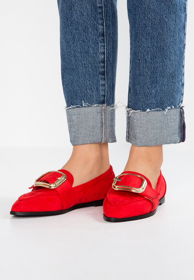 Lost Ink Wide Fit - WIDE FIT LOAFER WITH BUCKLE - Loaferit/pistokkaat - red