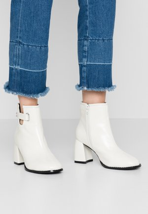 WIDE FIT BLOCK HEEL ALMOND TOE  - Ankle boots - white