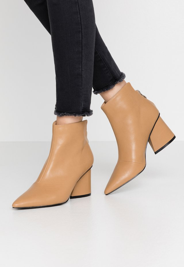 WIDE FIT POINTED ANGUALR HEEL - Boots à talons - tan