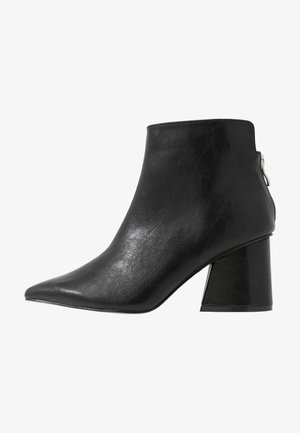 WIDE FIT POINTED ANGUALR HEEL - Tronchetti - black