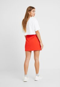 Lost Ink Petite - ZIP FRONT POCKET DETAIL SKIRT - Minihame - red - 2