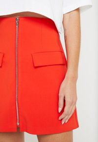 Lost Ink Petite - ZIP FRONT POCKET DETAIL SKIRT - Minihame - red - 4