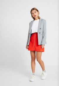 Lost Ink Petite - ZIP FRONT POCKET DETAIL SKIRT - Minihame - red - 1