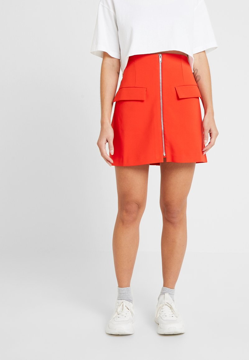 Lost Ink Petite - ZIP FRONT POCKET DETAIL SKIRT - Minihame - red