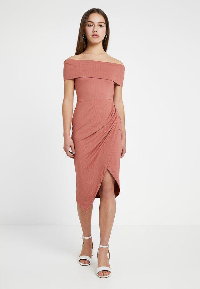 TEXTURED BARDOT BODYCON DRESS - Jerseyjurk - nude