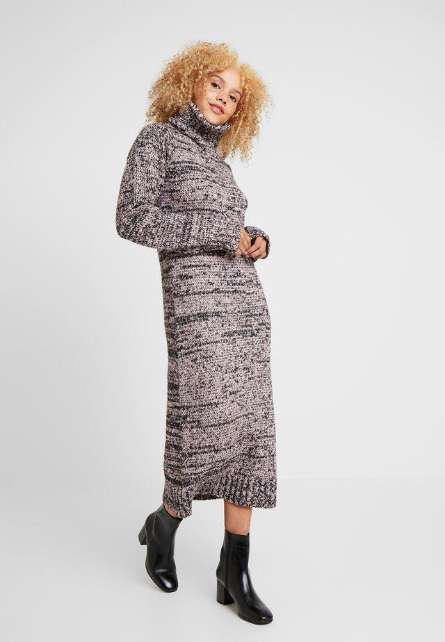 ROLL NECK DRESS - Gebreide jurk - pink