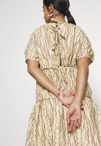 Lost Ink Petite - TIERED ABSTRACT STRIPE MIDI DRESS - Vestido informal - beige - 5