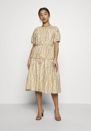 TIERED ABSTRACT STRIPE MIDI DRESS - Robe d'été - beige