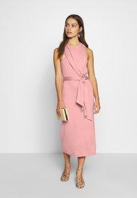 Lost Ink Petite - CROSS FRONT TIE WAIST DRESS - Žerzejové šaty - pink - 1