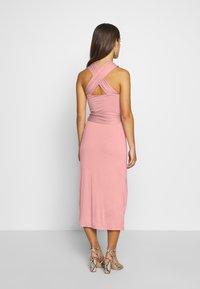 Lost Ink Petite - CROSS FRONT TIE WAIST DRESS - Žerzejové šaty - pink - 2