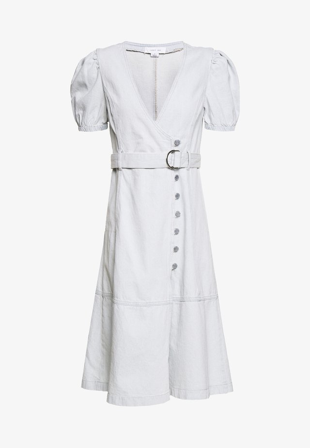 BUTTON FRONT WRAP MIDI DRESS - Denimové šaty - light denim