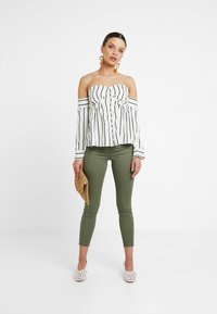 Lost Ink Petite - BARDOT IN STRIPED - Pusero - off white