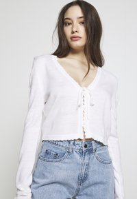 Lost Ink Petite - SCALLOP EDGE CROPPED CARDIGAN - Kardigan - cream - 3