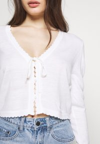 Lost Ink Petite - SCALLOP EDGE CROPPED CARDIGAN - Kardigan - cream - 5