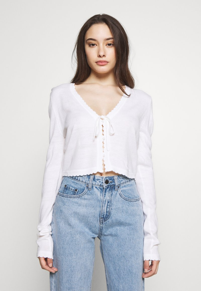 Lost Ink Petite - SCALLOP EDGE CROPPED CARDIGAN - Kardigan - cream