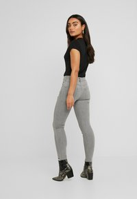 Lost Ink Petite - MID RISE RIP DOVE - Jeans Skinny Fit - grey - 2
