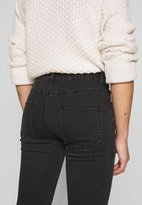Lost Ink Petite - MID RISE - Skinny džíny - washed black - 3