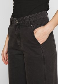 Lost Ink Petite - BALLOON - Jeans straight leg - black - 4