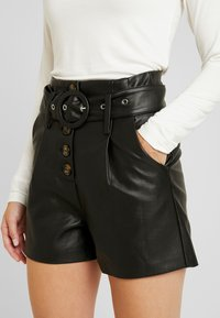 Lost Ink Petite - WITH BUTTON FRONT - Shortsit - black - 4