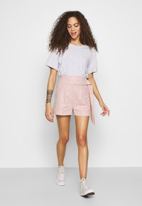 Lost Ink Petite - BUTTON WAISTBAND DETAIL - Shorts - pink - 1
