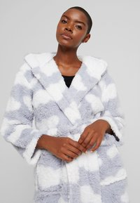 Loungeable - CHUNKY SHERPA CLOUD ROBE - Dressing gown - blue/white - 4
