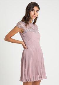 Lipstick boutique - TALITHA - Koktejlové šaty/ šaty na párty - lilac - 0