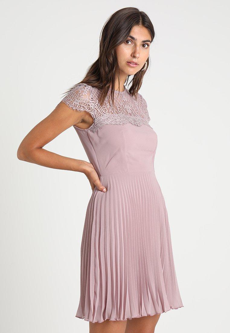 Lipstick boutique - TALITHA - Koktejlové šaty/ šaty na párty - lilac