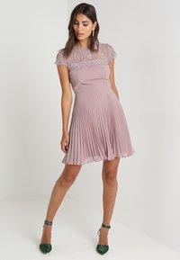 Lipstick boutique - TALITHA - Koktejlové šaty/ šaty na párty - lilac - 2