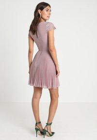 Lipstick boutique - TALITHA - Koktejlové šaty/ šaty na párty - lilac - 3