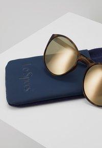 Le Specs - SWIZZLE (LE TOUGH) - Occhiali da sole - matte tortoise - 3