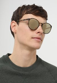Le Specs - SWIZZLE (LE TOUGH) - Occhiali da sole - matte tortoise - 1