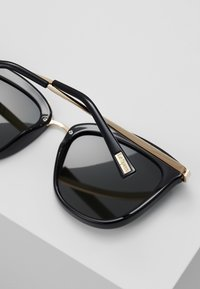 Le Specs - CALIENTE  - Sluneční brýle - black/gold-coloured - 4