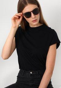 Le Specs - NO BIGGIE  - Solbriller - matte pebble - 1