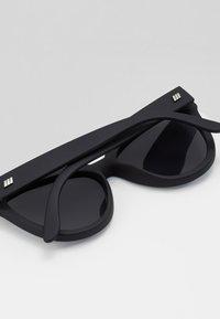 Le Specs - LIAR LAIR - Sluneční brýle - black - 4