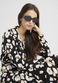 Le Specs - THE GINCHIEST - Solglasögon - black - 1