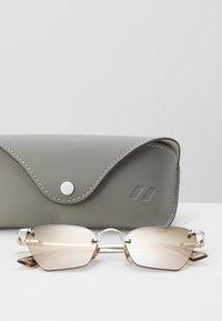 Le Specs - PIT STOP - Sluneční brýle - rose - 3