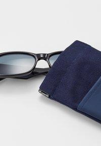 Le Specs - UNREAL! - Aurinkolasit - shiny black - 1