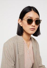 Le Specs - FIRE STARTER - Sluneční brýle - stone - 3